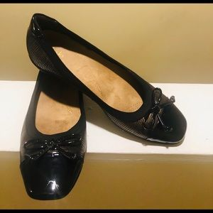 Carl's Black Patent/Brown Bow In Front Flats